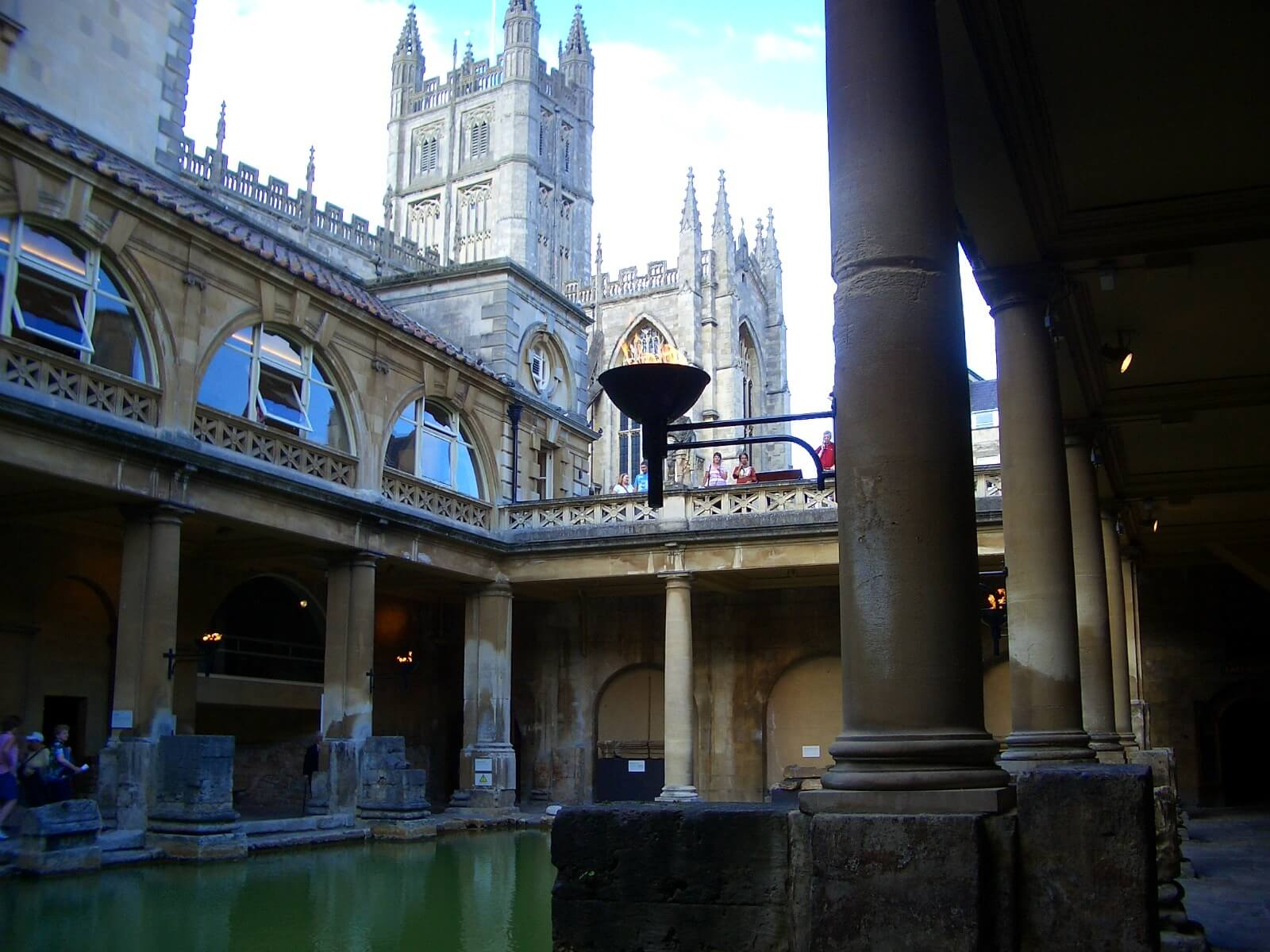 View of the Great Roman Bath with Bath Abbey behind for tailor-made tours of the UK